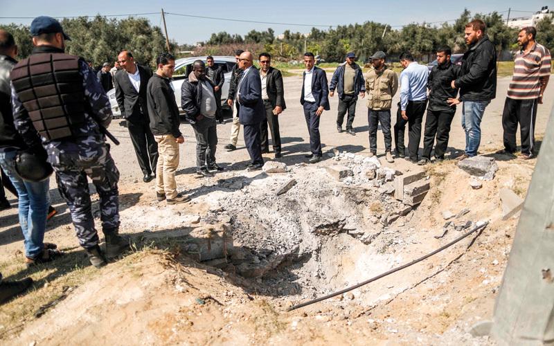 حفرة بعمق وعرض مترين في الطريق الرئيس المؤدي إلى المعبر جراء الانفجار. أ.ف.ب