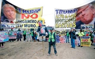 الصورة: ترامب يتفقد في كاليفورنيا نماذج لجدار الحدود مع المكسيك