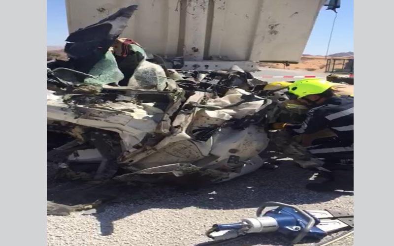 الصورة: وفاة آسيوي وإصابة آخر بحادث تصادم شاحنتين برأس الخيمة
