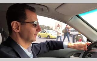 الصورة: الأسد يتباهى بقيادة سيارته إلى الغوطة الشرقية المدمرة