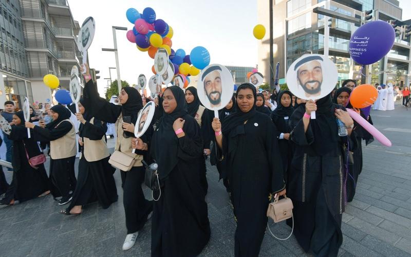 الصورة: أبطال السعادة يطوفون دبي