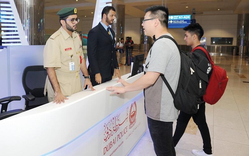 الصورة: شرطة دبي تفاجئ شاب ألغى زواجه بسبب رحلة طيران