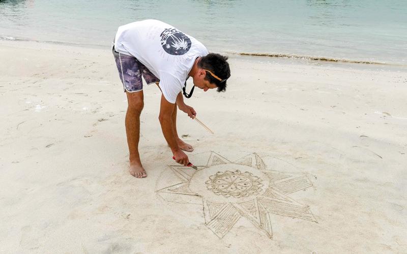 الصورة: هاركينز جيمي يترك للبحر ما يرسمه