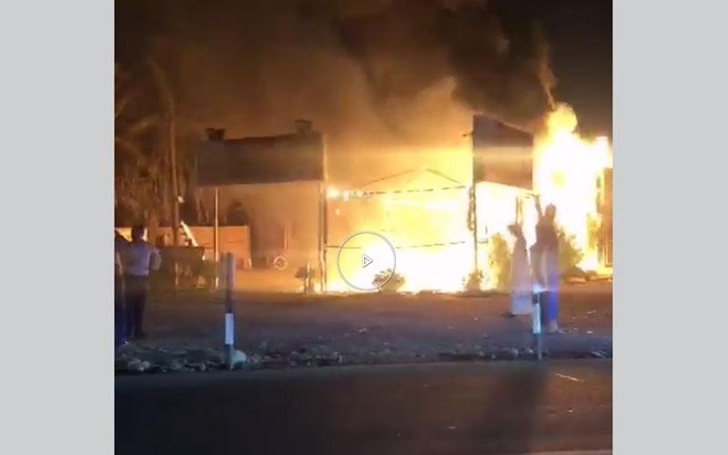 الصورة: بالفيديو.. إخماد حريق اندلع بمقهى بجانب سوق السمك في رأس الخيمة