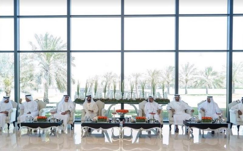 الصورة: محمد بن راشد ومحمد بن زايد والحكام يحضرون مأدبة غداء أقامها حاكم عجمان