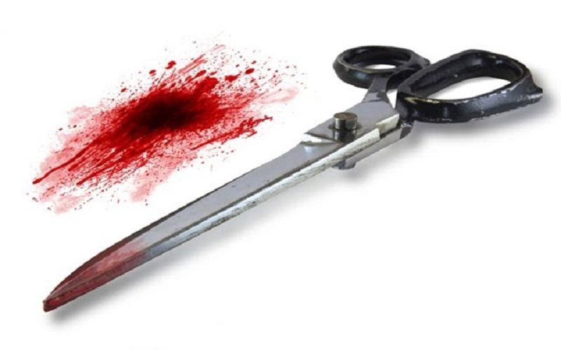 الصورة: طالب يقتل صديقه طعناً بمقص في رقبته