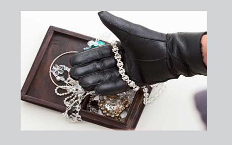 الصورة: زائران يسرقان مجوهرات بـ1.2 مليون درهم من فيلا مواطنة
