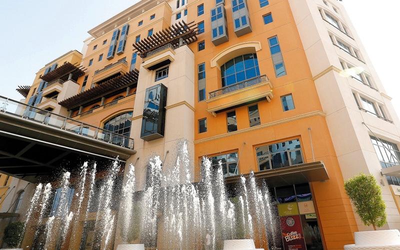 الصورة: اقتصادية دبي تضبط شقتين لتخزين وترويج  هواتف مقلّدة