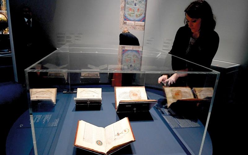 الصورة: 160 قطعة أثرية تروي قصة كروية العالم