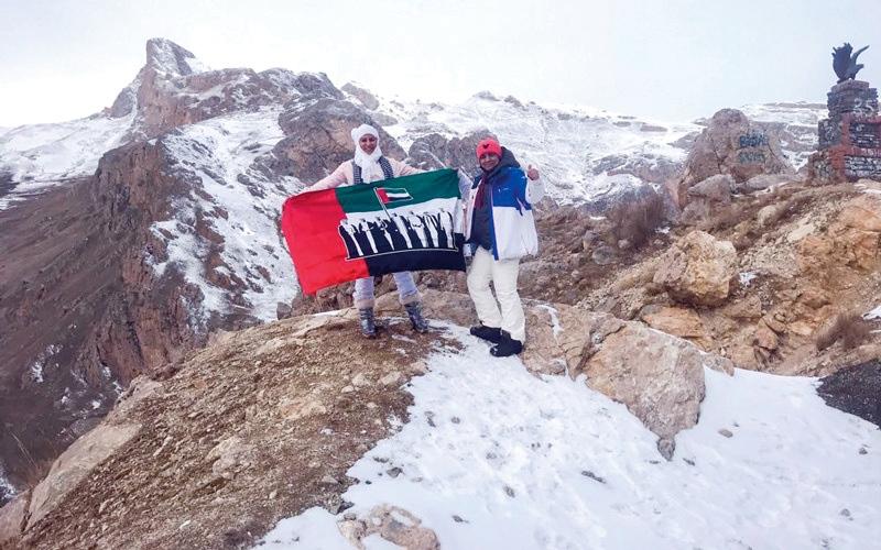 الصورة: علم الإمارات على جبال «القوقاز»