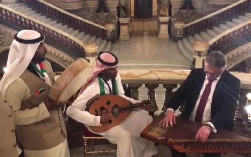 الصورة: بالفيديو.. الفنان والملحن الإماراتي طارش الهاشمي يعزف في باريس