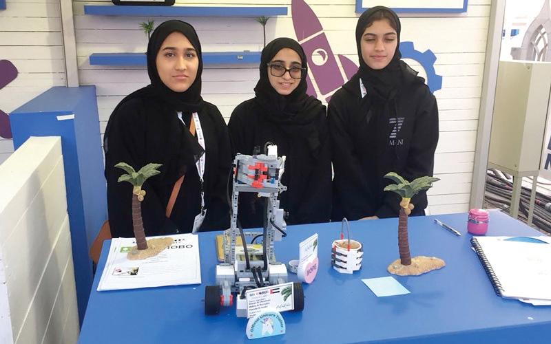 الصورة: 5 مواطنات يواجهنَ سوس النخيل بـ «روبوت شمسي»