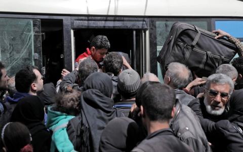 الصورة: بدء أول عملية إجلاء لمقاتلين مـعارضين ومدنيين من حرستا بالغوطة الشرقية