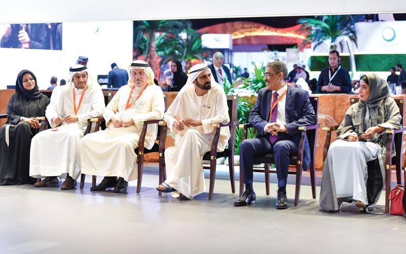 محمد بن راشد خلال لقائه أعضاء مجلس إدارة جائزة الصحافة العربية. وام
