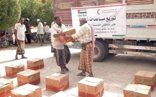 الصورة: «الهلال» توزع مساعدات غذائية على موظفي المياه والصرف الصحي في حضرموت