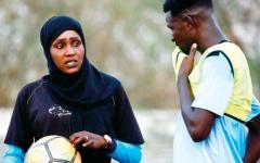 الصورة: سلمى «السودانية».. تدرّب فريق كرة قدم للرجال