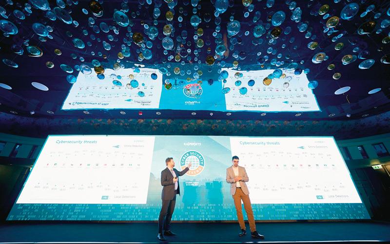 نوفيكوف وحاسبيني خلال استعراضهما أحدث إحصاءات الأمن الإلكتروني في المنطقة. الإمارات اليوم
