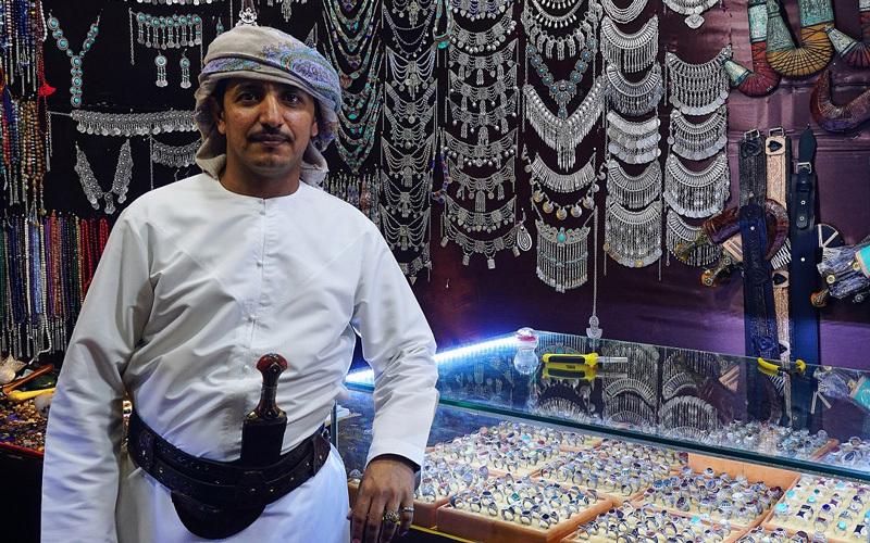 معروضات منوعة تتميز بالأصالة في الجناح اليمني. من المصدر