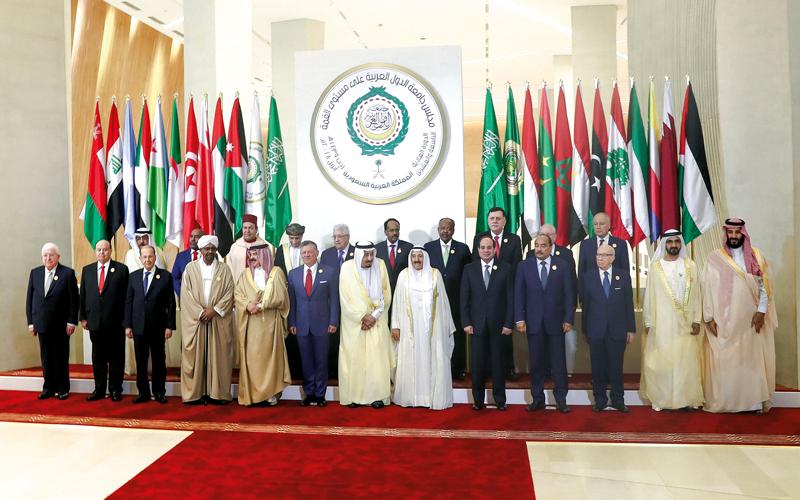 محمد بن راشد في صورة تذكارية مع القادة المشاركين في أعمال القمة العربية الـ29 بالظهران. وام