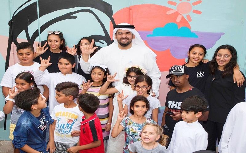 الصورة: بالصور..حسين الجسمي يزور ويقرأ قصص لأطفال أصحاب همم