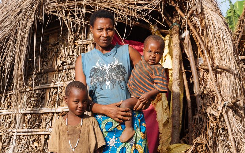 الأم الأوغندية عانت كثيراً بعد مقتل زوجها ومصادرة أرضها. أرشيفية