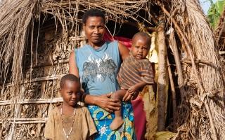 الصورة: أوغندية تدافـع عن أرضها بالسماع لبرامج التوعية