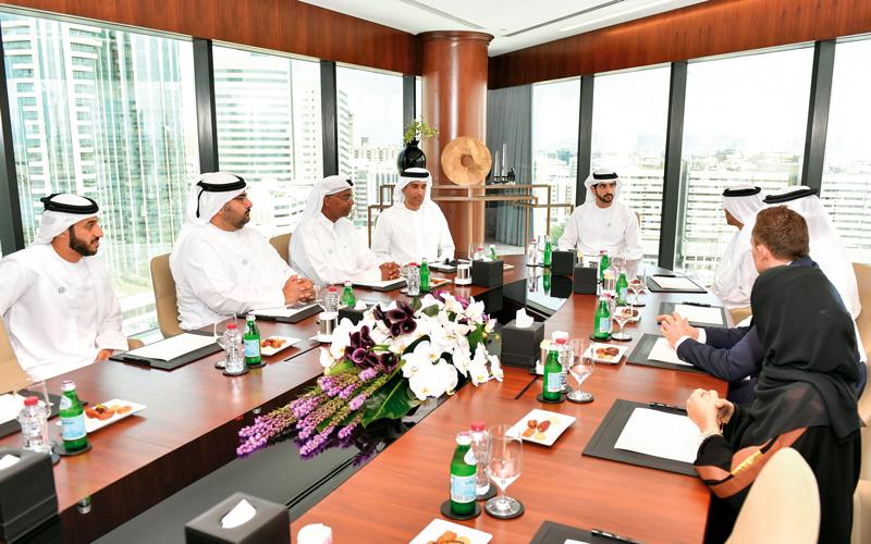 حمدان بن محمد خلال زيارته لمقر غرفة تجارة وصناعة دبي. وام