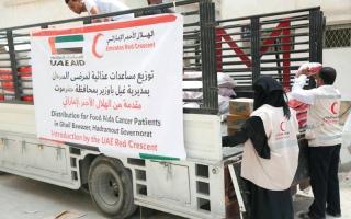 الصورة: «الهلال الأحمر» تقدّم مساعدات إلى مرضى السرطان في غيل باوزير
