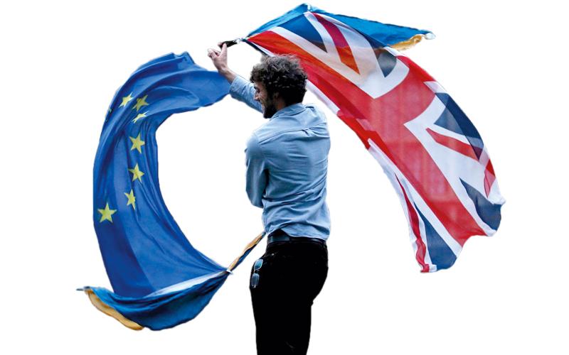 مواطنون بريطانيون وجدوا أنفسهم مشتّتين في الولاءات بين بريطانيا وأوروبا.  أ.ف.ب