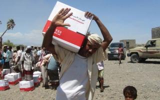 الصورة: «الهلال الأحمر» توزع 55 ألف سلة غذائية في الساحل الغربي لليمن