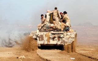 الصورة: بإسناد من القوات الإماراتية.. مدفـعية التحالف تتقدم باتجاه مفـــرق المخــاء وتقصـف تمركزاً للحوثيين