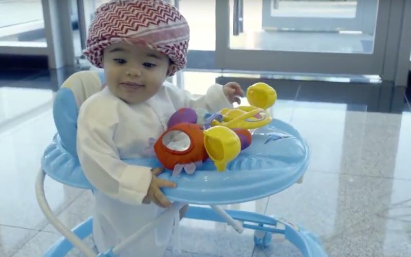 """الصورة: بالفيديو.. موظف سعادة بعمر 8 أشهر في """"الطيران المدني"""""""