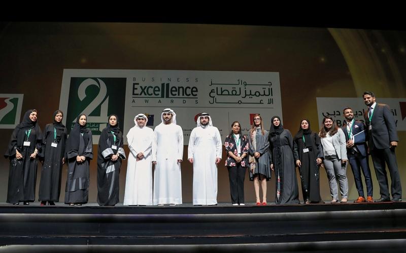 الصورة: مكتوم بن محمد يكرّم الفائزين بجوائز تميّز قطاع الأعمال