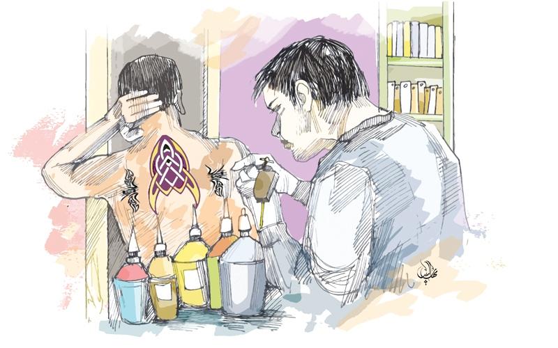 الصورة: آسيويان يحوّلان شقة إلى مركز لـ «دق الوشم»