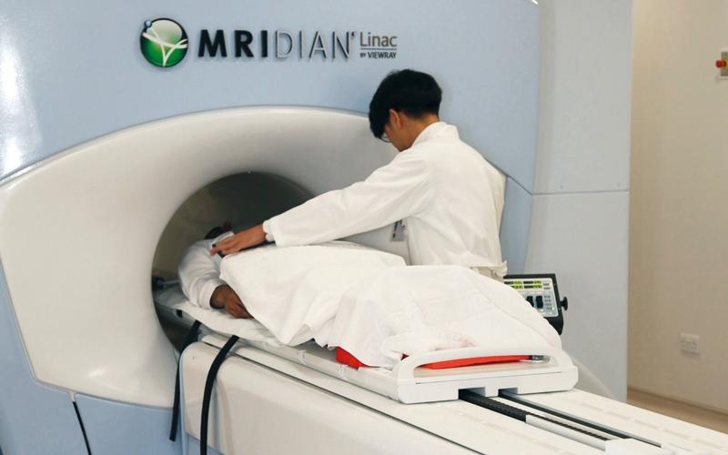 الصورة: «خليفة التخصّصي» في رأس الخيمة يُدخل أحدث جهاز لعلاج الأورام