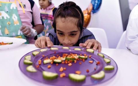 الصورة: صغار يتعلمون النحت على الفاكهة والخضراوات