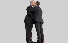 الصورة: ترامب يزيح «قشرة الرأس» من على بدلة ماكرون أمام الكاميرات