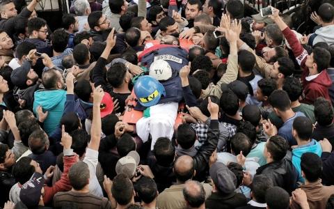 الصورة: غزة تشيّع الصحافي الشهيد.. ومطالبة بإحالة قتلته إلى «الجنائية»