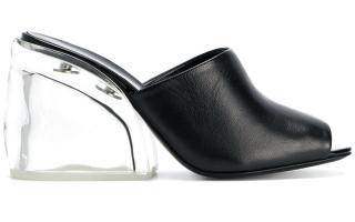 الصورة: الشفافية عنوان موضة الأحذية هذا الصيف