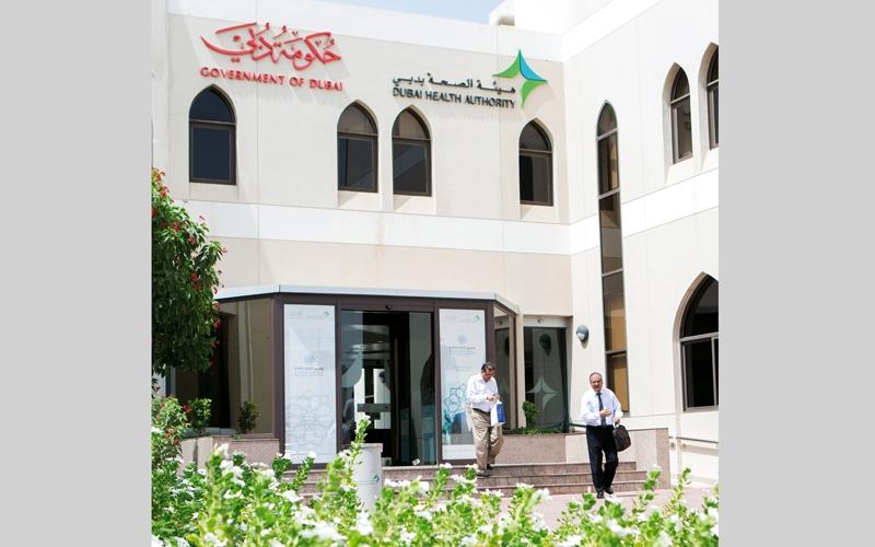 الصورة: «صحة دبي» تغلق منشأة طبية وضعت المرضى على أسرّة في الممرات
