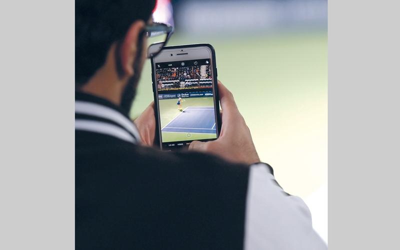 الصورة: الهواتف تهدّد مليون شخص في الدولة بآلام الرقبة والظهر