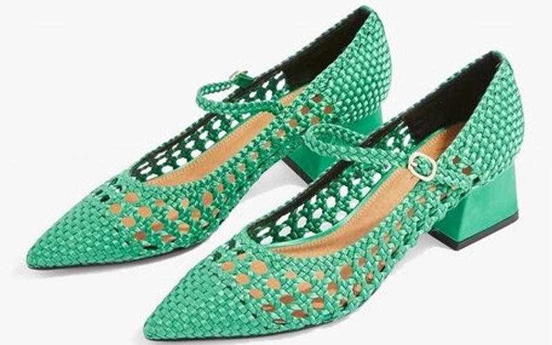 الصورة: الأحذية الصيفية تطل بمظهر مجدول