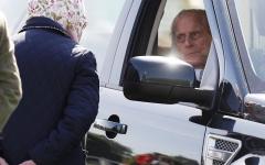 الصورة: الأمير فيليب يقود سيارته بنفسه في سن الـ 96