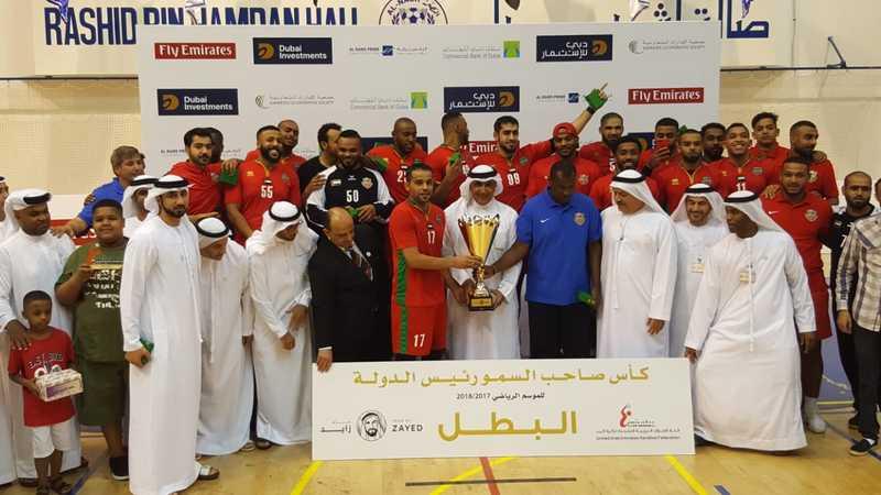 الرميثي يسلّم نجوم شباب الأهلي كأس رئيس الدولة لكرة اليد. الإمارات اليوم