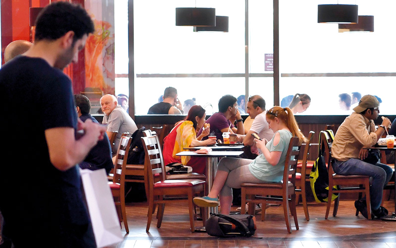 مطاعم: إضافة قيمة الضريبة إلى السعر النهائي للوجبة زاد العبء على المستهلك. تصوير: باتريك كاستيلو