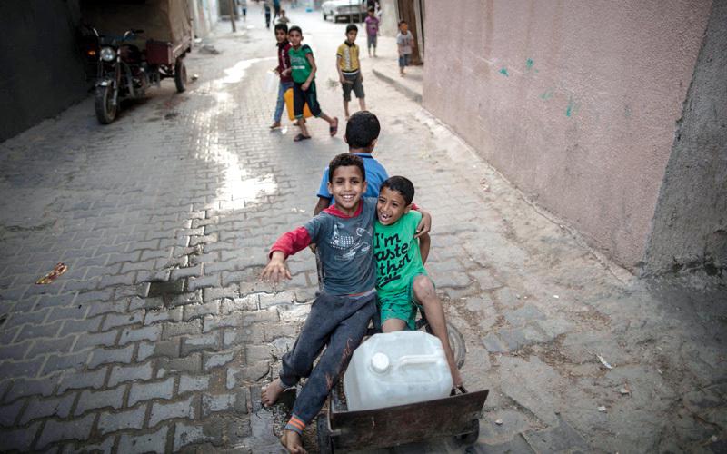 أطفال يلعبون في مخيم جبالية حيث عاش الكاتب. أ.ف.ب