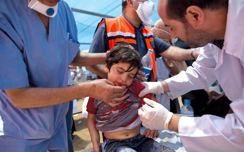 طفل فلسطيني يعالج جرّاء اختناقه بالغاز المسيل للدموع في غزة. أ.ب