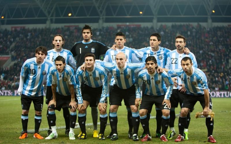 الصورة: اتحاد الكرة الأرجنتيني يوزع دليلاً لكيفية إغراء حسناوات روسيا