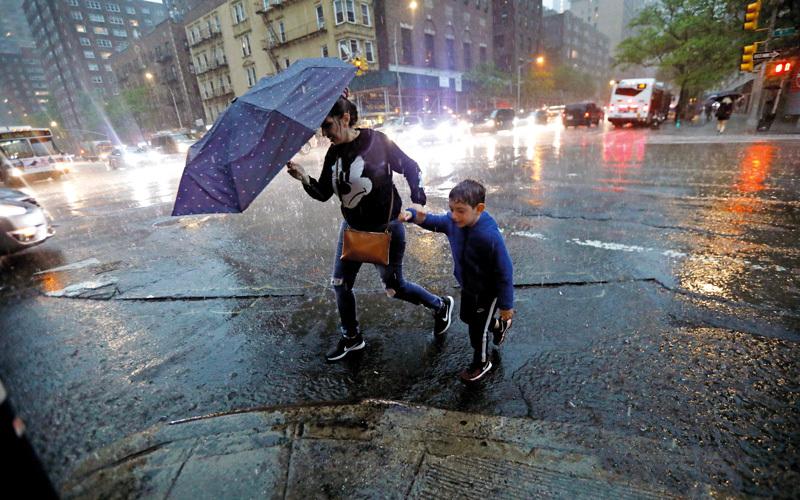 العواصف عطلت حركة الناس.  إي.بي.إيه