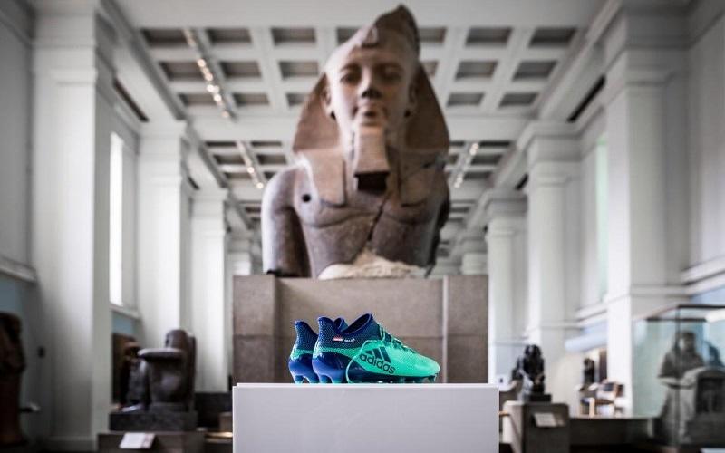 الصورة: بالصور... حذاء محمد صلاح في المتحف البريطاني مع الأثار الفرعونية